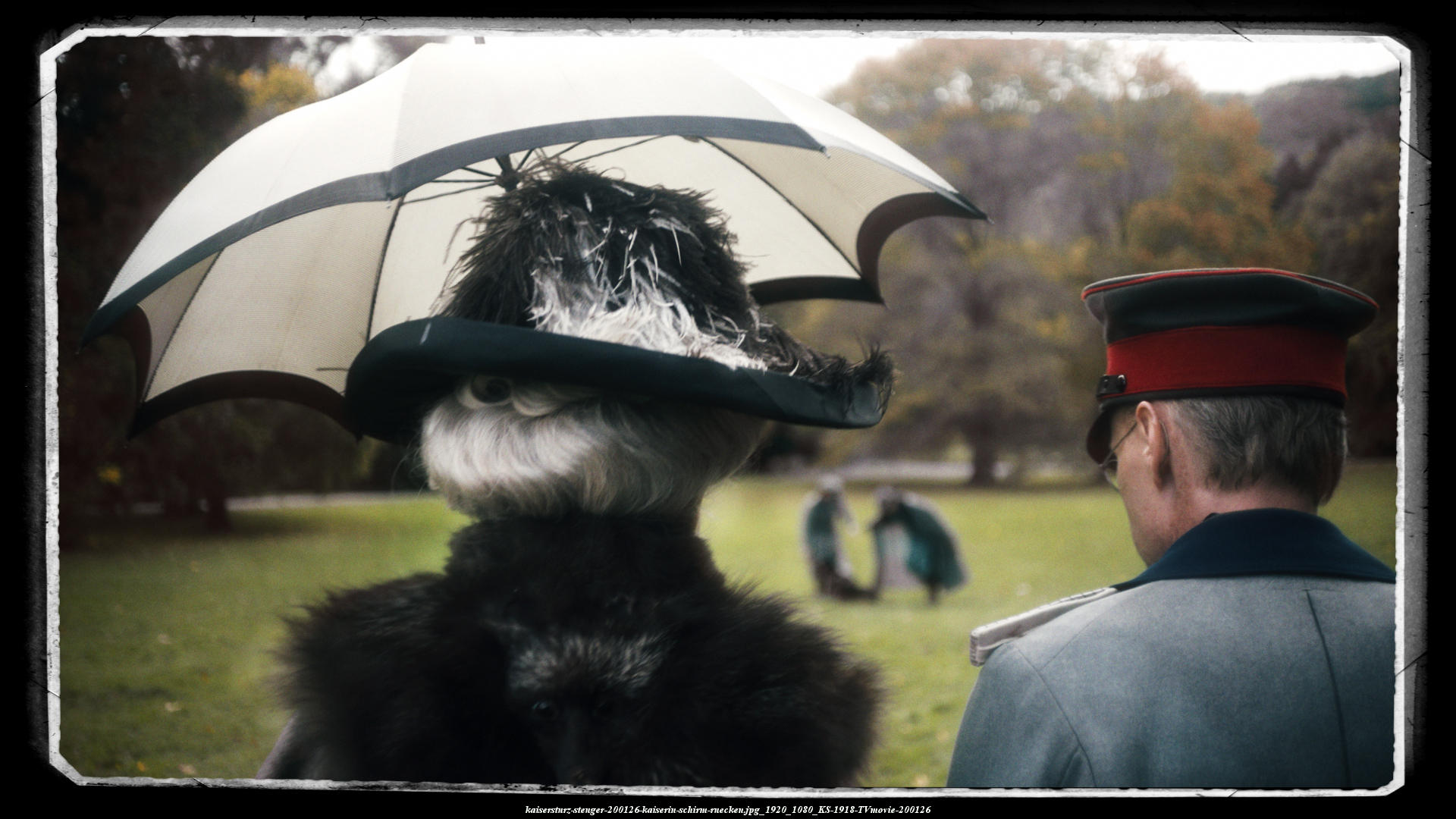 Kaiserin Auguste spaziert mit ihrem Berater Friedrich von Berg durch den Svhlosspark